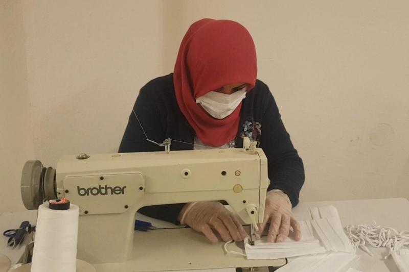 Gündüz tarlada çalışıyorlar, gece maske üretiyorlar