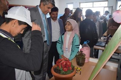 Köy okulunda bilim fuarı